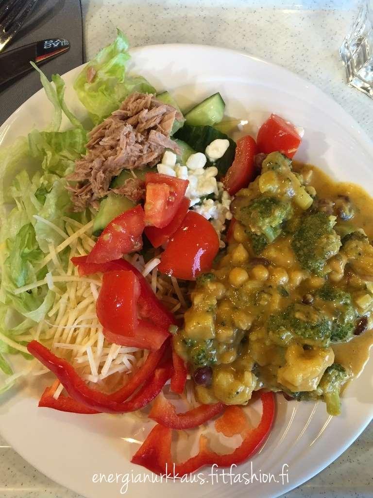 Työpaikan ruokalassa on hyvät safkat, varsinkin salaattivalkoima on loistava! Tulee syötyä oikeasti hyvin joka päivä.