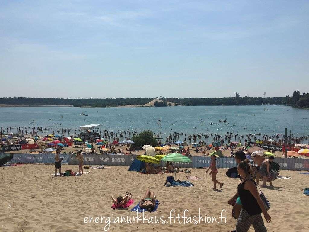 Lauantaina porukkaa enemmän rannalla.